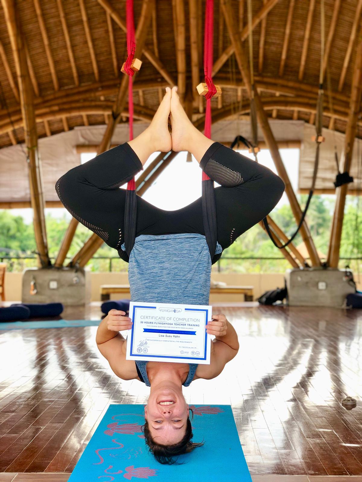 Lisa darf jetzt Fly-High-Yoga lehren